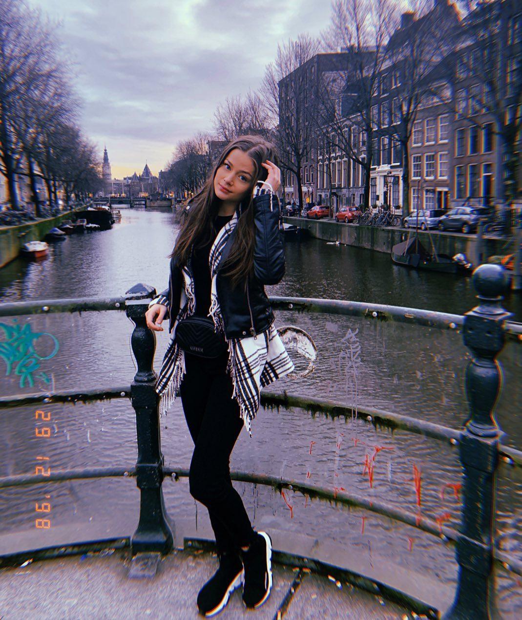 Η Στεφανία Λυμπερακάκη σε ένα από τα κανάλια του Άμστερνταμ στην Ολλανδία