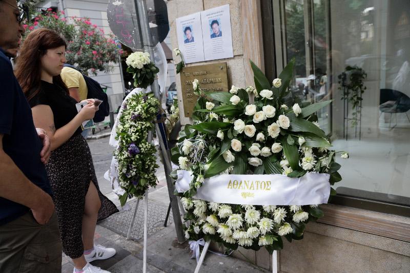 Στεφάνια και λουλούδια στο σημείο όπου δολοφονήθηκε ο θάνος Αξαρλιάν