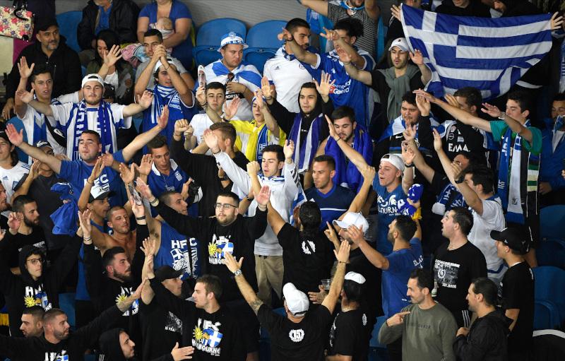 Έλληνες φίλαθλοι στο ματς του Στέφανου Τσιτσιπά με τον Ιταλό Σαλβατόρε Καρούζο / Φωτογραφία: ΑΡ