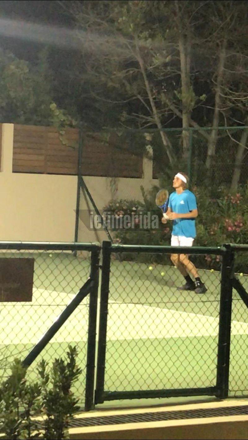ΣΤέφανος Τσιτσιπάς παίζει τένις στην Κέρκυρα