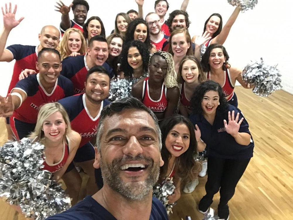 Η selfie του Στέλιου Κρητικού με ομάδα Cheerleader στη Νέα Υόρκη