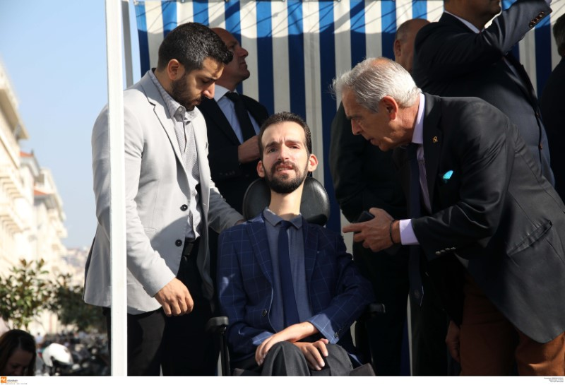 Ο Στέλιος Κυμπουρόπουλος στην εξέδρα της μαθητικής παρέλασης