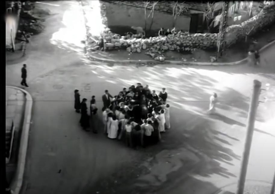 Η σκηνή του μαχαιρώματος γυρίστηκε στο σταυροδρόμι τεσσάρων δρόμων - εντελώς αγνώριστο σήμερα - των οδών Καλλιδρομίου, Πλαπούτα, Ιουστινιανού και Τσαμαδού.