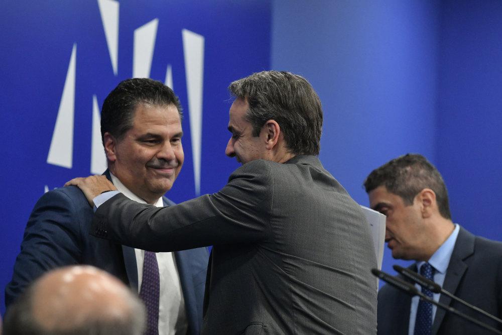 Ο Κυριάκος Μητσοτάκης συγχαίρει τον Γιώργο Στεργίου που αναδεικνύεται γραμματέας της ΝΔ