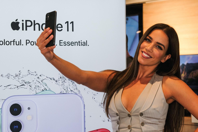 H Κατερίνα Στικούδη βγάζει selfie με το νέο iPhone 11 Pro στο κατάστημα της COSMOTE