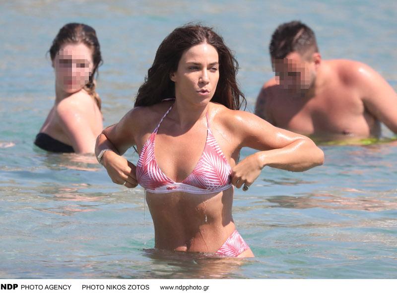 Η Κατερίνα Στικούδη απολαμβάνει το μπάνιο της σε γνωστή παραλία της Μυκόνου / Φωτογραφία: NDP