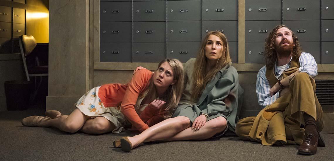 δυο γυναικες στο πάτωμα και ενας αντρας
