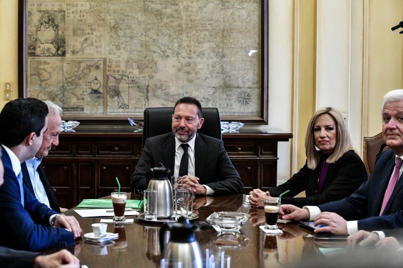 Στιγμιότυπο από την συνάντηση του Γιάννη Στουρνάρα με την Φώφη Γεννηματά