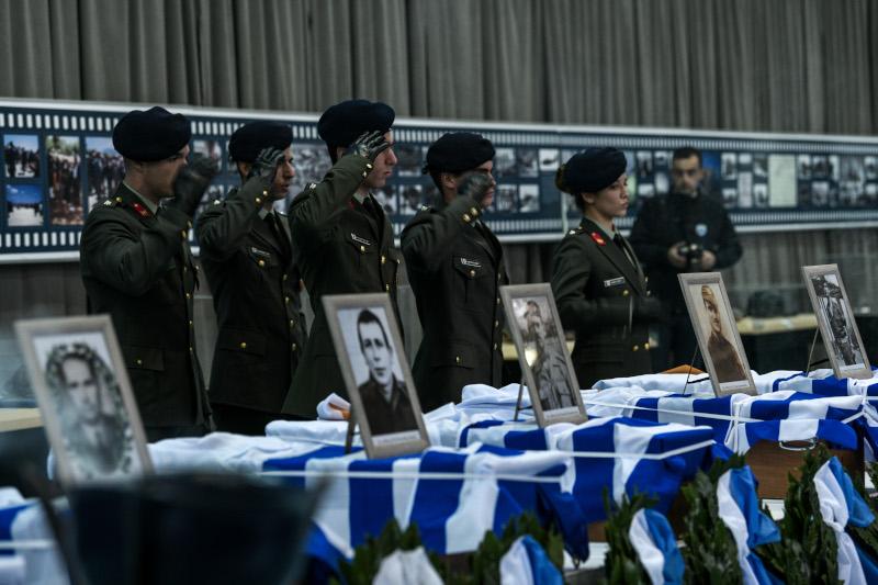 Στρατιωτικός χαιρετισμός μπροστά σε λείψανα αγωνιστών
