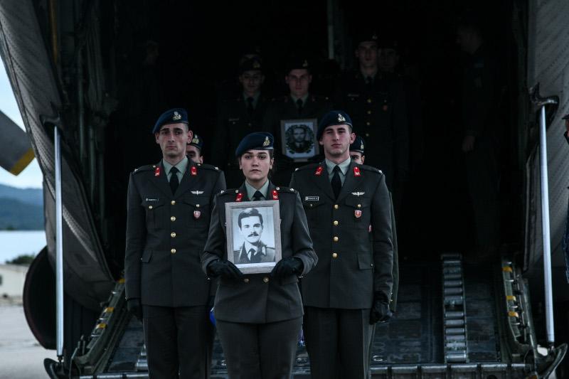 Στρατιώτες κρατούν φωτογραφίες πεσόντων στη Κύπρο