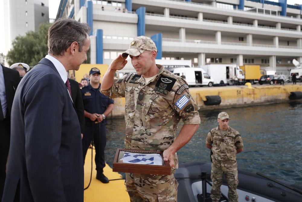 Αξιωματικός του στρατού δίνει στον πρωθυπουργό ένα αναμνηστικό