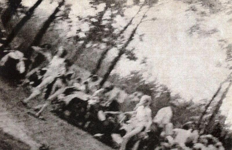 Αιχμάλωτοι στο Άουσβιτς, έχουν γυμνωθεί για να οδηγηθούν σε θάλαμο αερίων