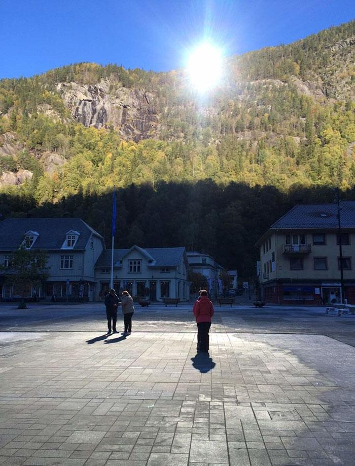 Οι ακτίνες του ήλιου αντανακλούν στους καθρέφτες και φωτίζουν το κέντρο της πόλης