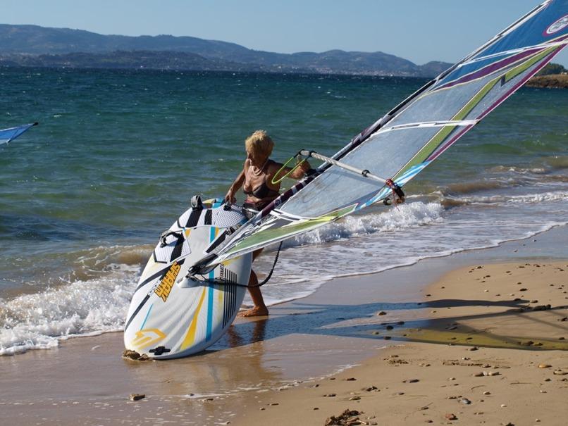 Η 81χρονη windsurfer Αναστασία Γερολυμάτου από την Κεφαλονιά
