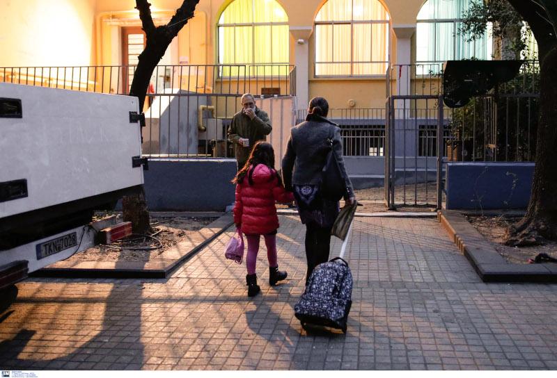 Σχολεία: Επέστρεψαν στα θρανία οι μαθητές -Με μάσκες, ανοιχτά παράθυρα και αντισηπτικά