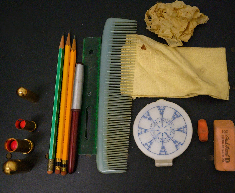 Κραγιόν, μολύβια, στυλό, χάρακας, βούρτσα, μαντιλάκι και ένα σετ πούδρα με καθρεφτάκι βρέθηκαν στην τσάντα