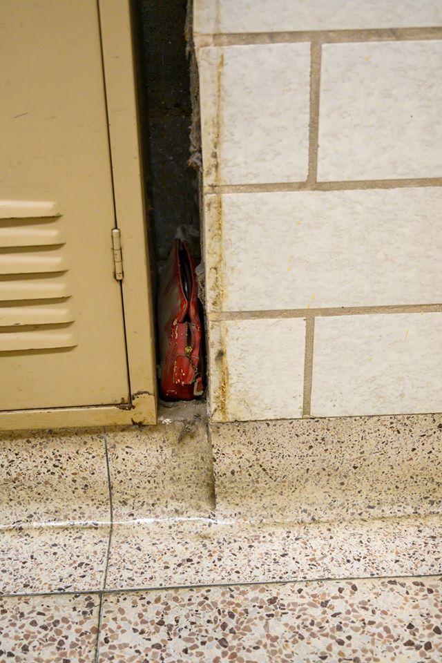 Η σχολική τσάντα που παρέμεινε κρυμμένη σε μια χαραμάδα του σχολείου για 64 χρόνια