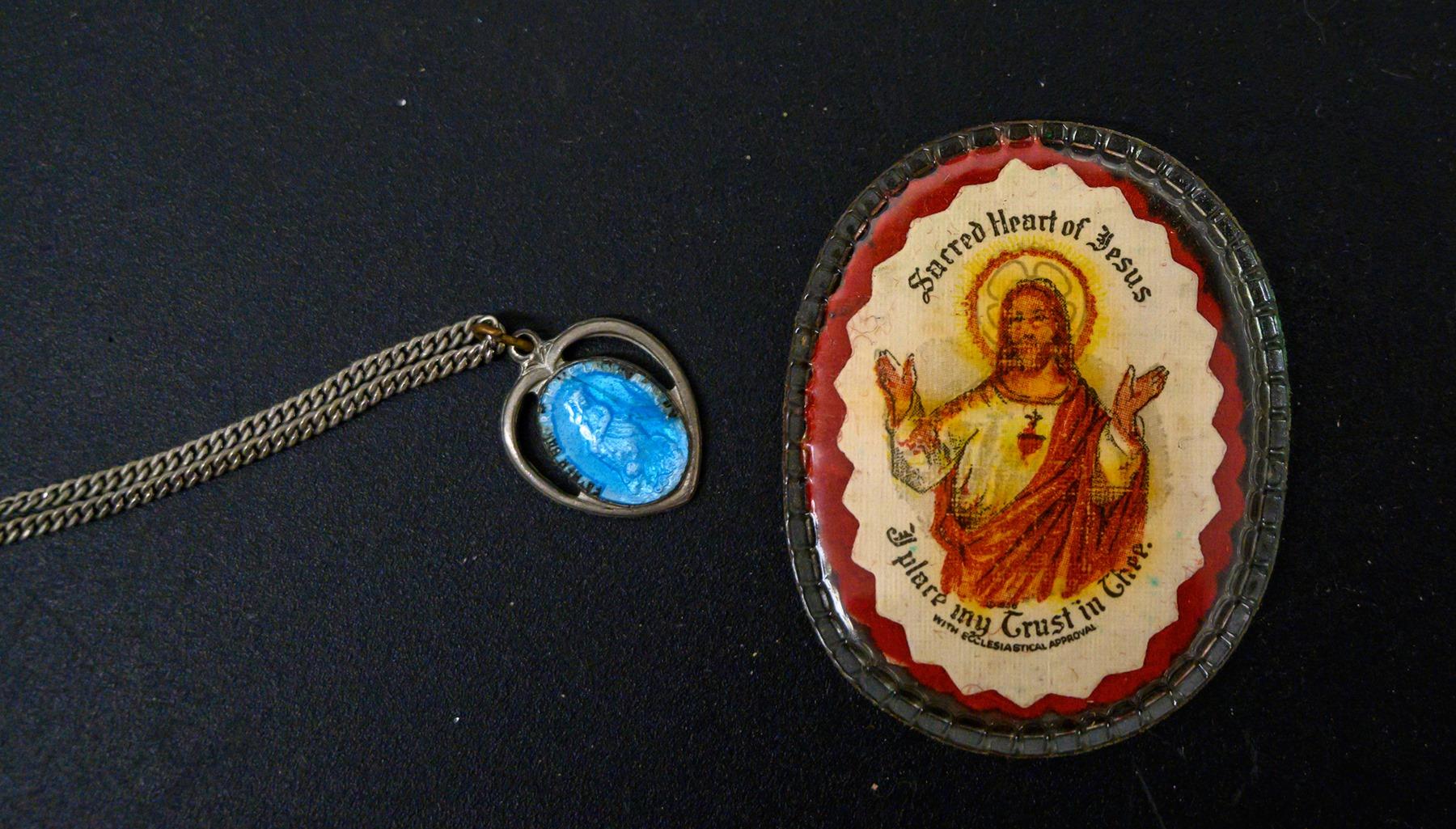 Το μενταγιόν με την γαλάζια πέτρα και η εικόνα του Ιησού στην τσάντα της Πάτι