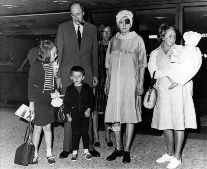 Η ηθοποιός Πατρίσια Νιλ, όταν έφτασε με την οικογένειά της στο Διεθνές Αεροδρόμιο Washington Dulles
