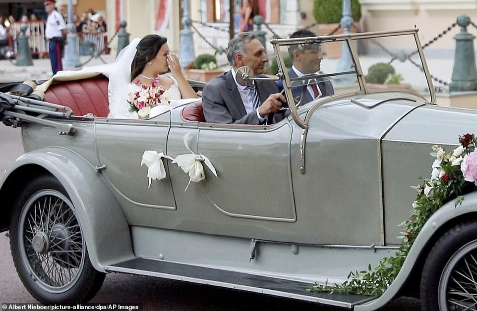 Συγκινημένη η νύφη