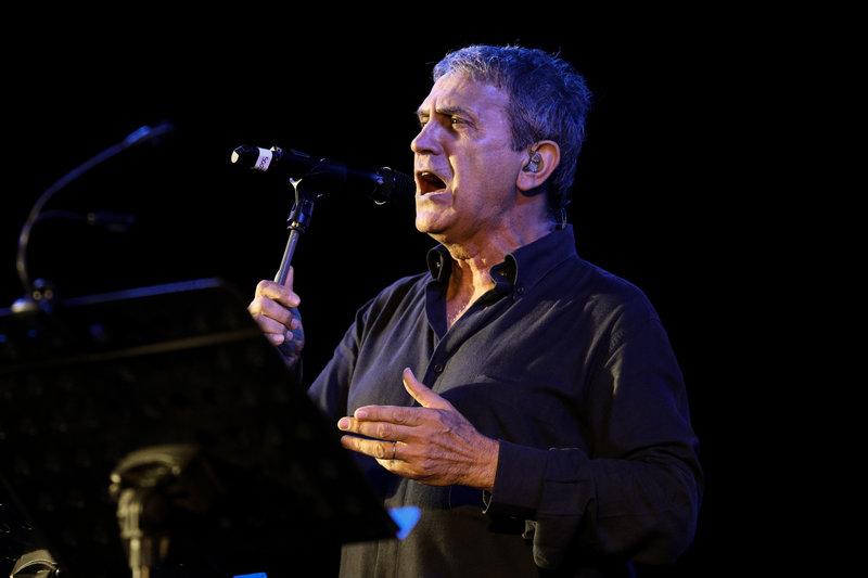 Ο Γιώργος Νταλάρας τραγουδά στη συναυλία για τον Μίκη Θεοδωράκη