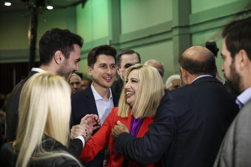 Η Φώφη Γεννηματά χαιρετά χαμογελαστή τον Μανώλη Χριστοδουλάκη υπό το βλέμμα του Παύλου Χρηστίδη