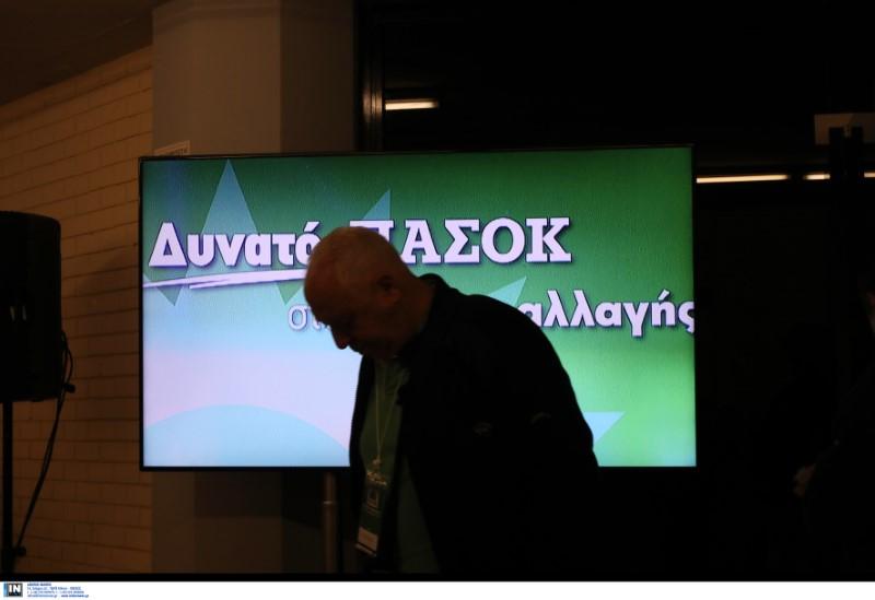 Ενας σύνεδρος σκυφτός μπροστά από τηλεοπτική οθόνη στο ΣΕΦ