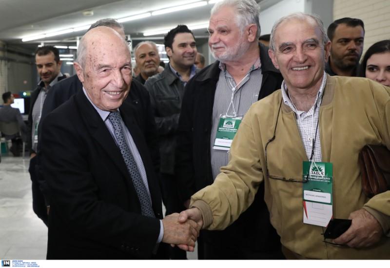 Ο πρώην πρωθυπουργός Κώστας Σημίτης χαιρετά συνέδρους του ΠΑΣΟΚ