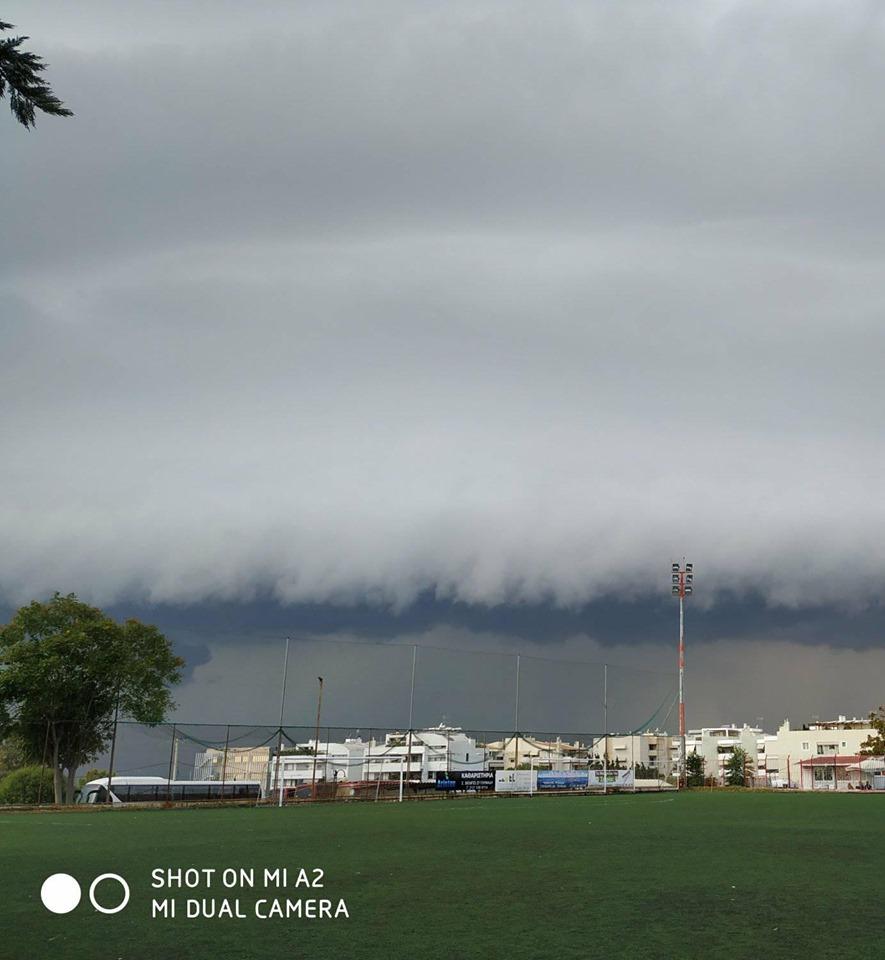 Το σύννεφο λίγο πριν καταπιεί την Αθήνα