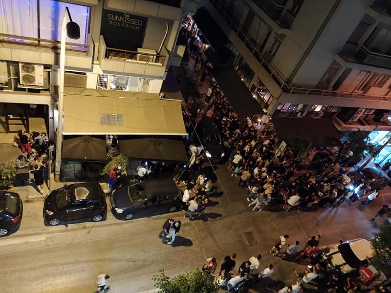 Κόσμος έξω από μπαρ στην Θεσσαλονίκη