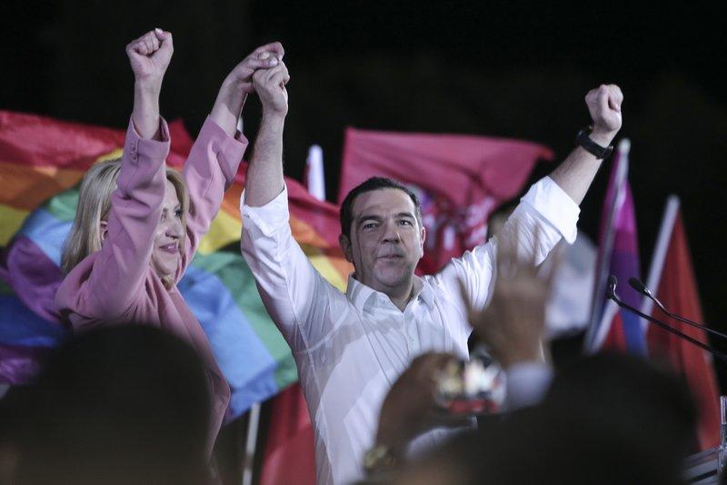 Ο Αλ. Τσίπρας ανέβασε στο μπαλκόνι την υποψήφια περιφερειάρχη Ρένα Δούρου