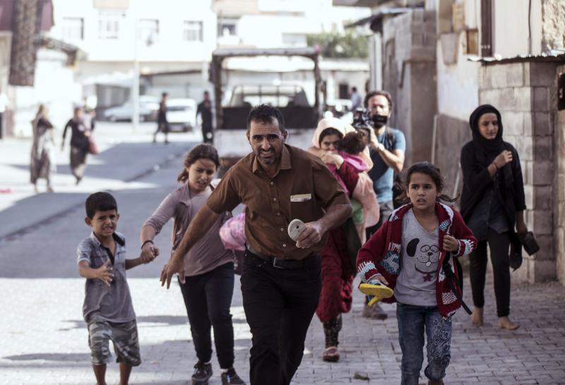 Οι γονείς μαζί με τα παιδιά τους έτρεχαν για να σωθούν / Φωτογραφία: AP