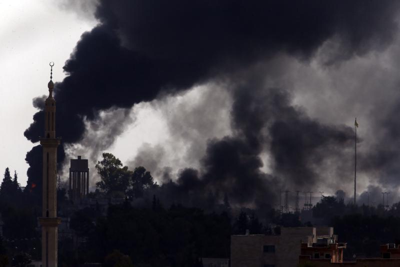 Οι μαύροι καπνοί σκέπασαν τον ουρανό της Συρίας / Φωτογραφία: AP