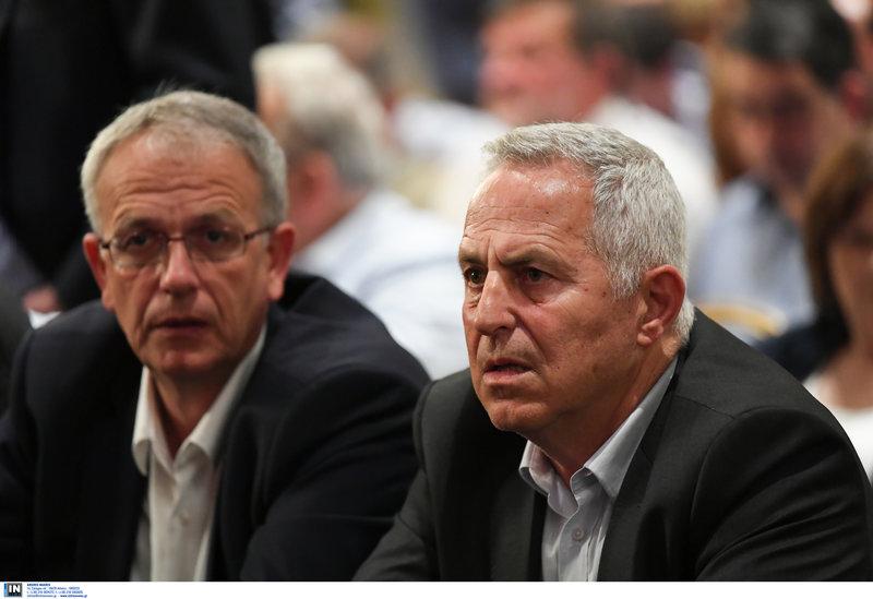 Σοκαρισμένοι δείχνουν ο υπουργός Αμυνας Ευάγγελος Αποσολάκης (δεξιά) και ο αναπληρωτής υπ. Αμυνας Π. Ρήγας