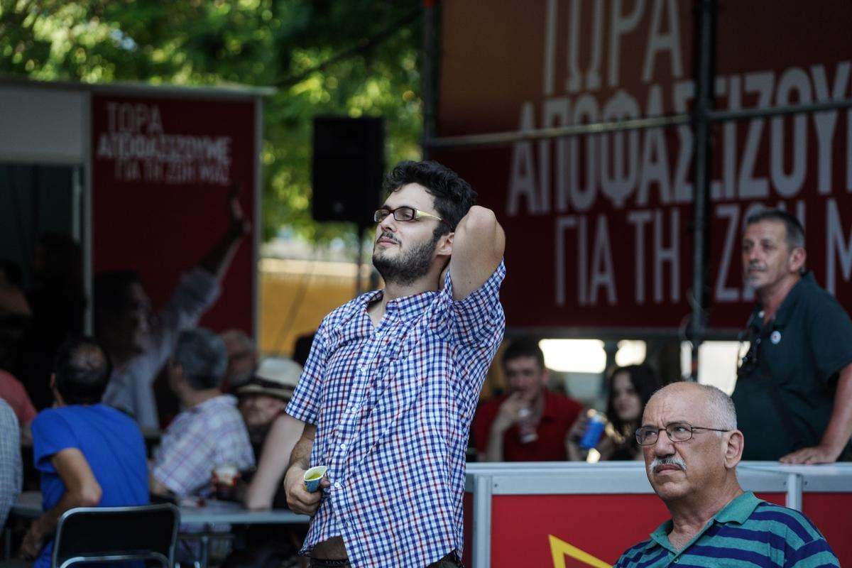 Ψηφοφόρος του ΣΥΡΙΖΑ παρακολουθεί απογοητευμένος τα αποτελέσματα των εκλογών
