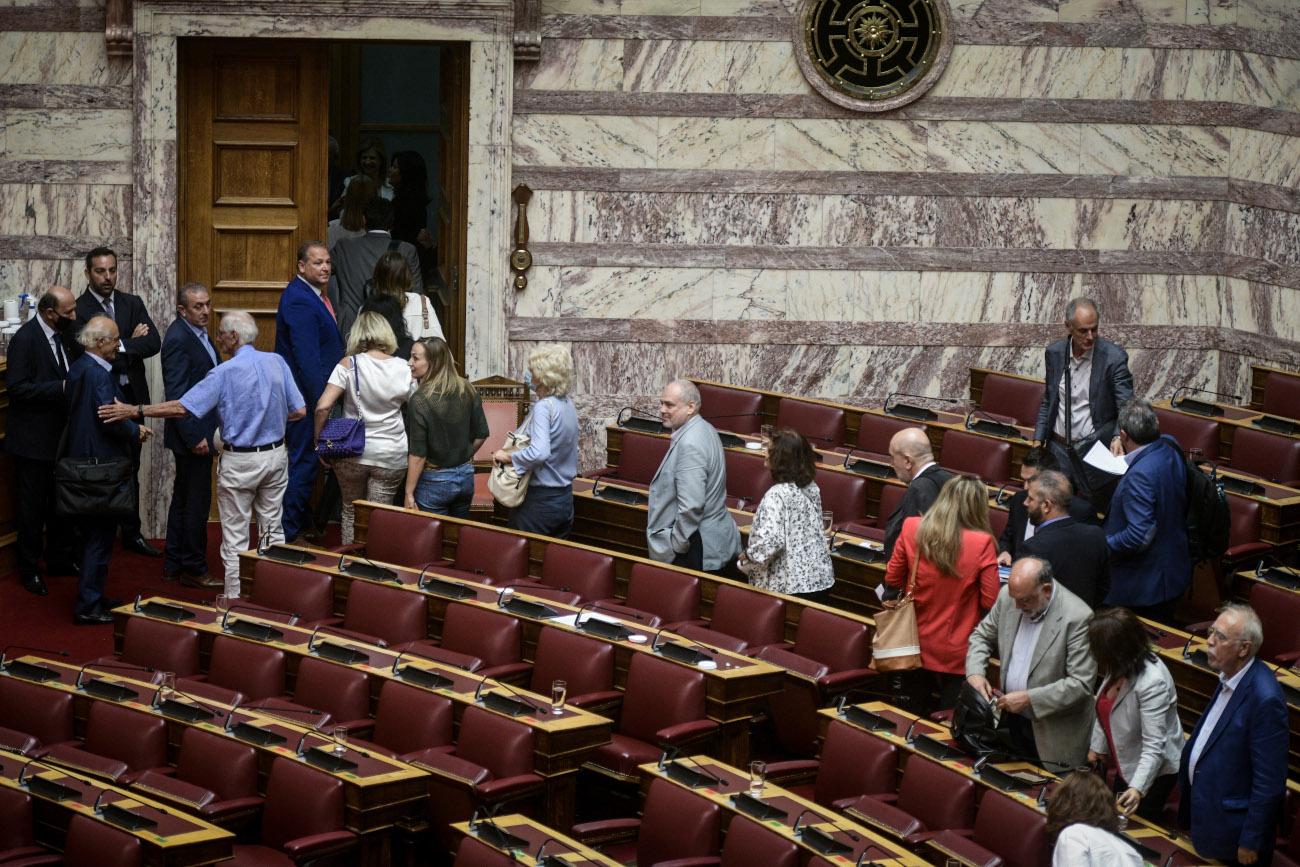 Βουλευτές του ΣΥΡΙΖΑ αποχωρούν από την Ολομέλεια της Βουλής