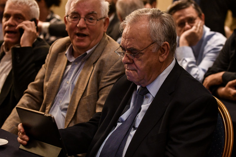 Ο Γιάννης Δραγασάκης αφοσιωμένος στο tablet του