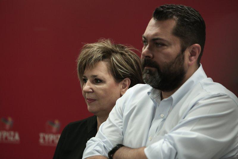 Ολγα Γεροβασίλη και Λευτέρης Κρέτσος παρακολουθούν απογοητευμένοι το διάγγελμα Τσίπρα