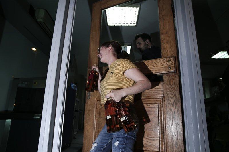 Επιστρατεύτηκαν και μπουκάλια με ουίσκι τα οποία ανέβασαν υπάλληλοι του κόμματος στην αίθουσα συσκέψεων.