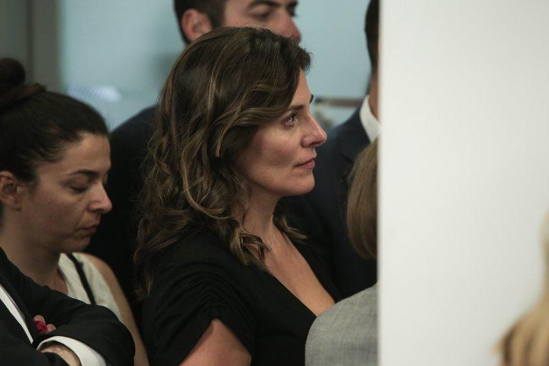 Η Μπέτυ Μπαζιάνα παρακολουθεί τις δηλώσεις του Αλέξη Τσίπρα