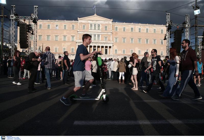 Και ηλεκτρικά πατίνια στην άδεια πλατεία Συντάγματος πριν την ομιλία Τσίπρα