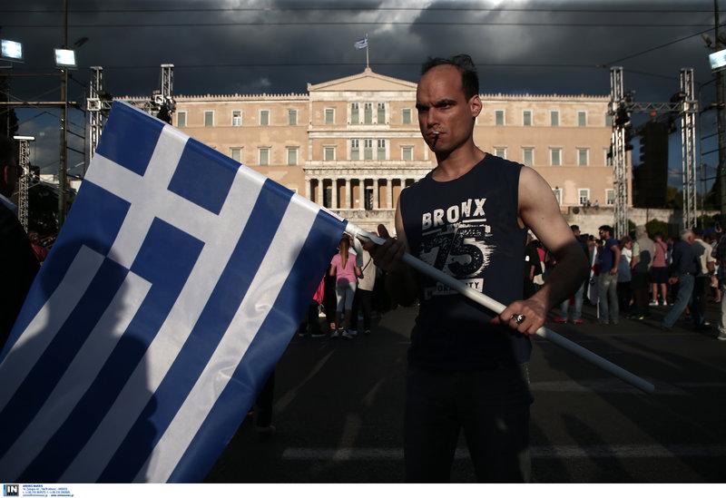 Οπαδός του ΣΥΡΙΖΑ με ελληνική σημαία