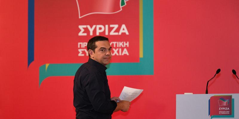 Ο Αλέξης Τσίπρας ανεβαίνει στο βήμα