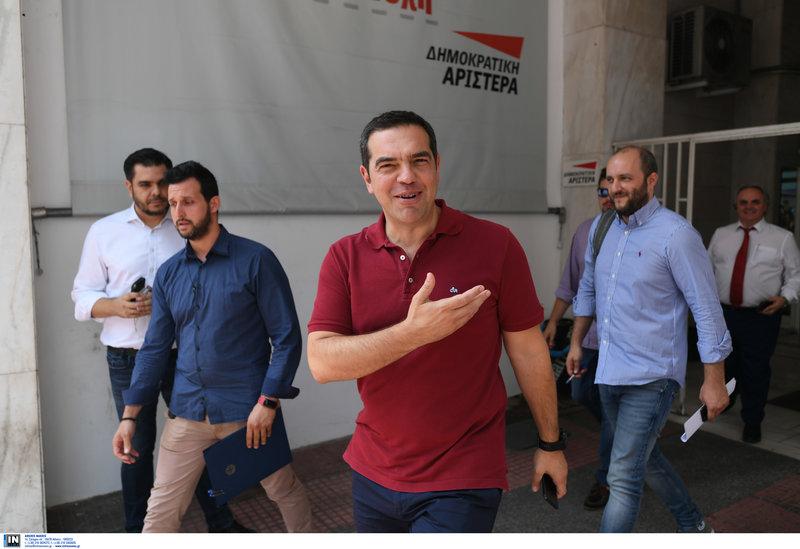 Ο Αλέξης Τσίπρας αποχωρεί από τα γραφεία της ΔΗΜΑΡ