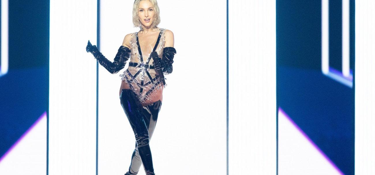 Η Τάμτα  σε φωτεινό φόντο κάνει την πρώτη της πρόβα στη σκηνή της Eurovision