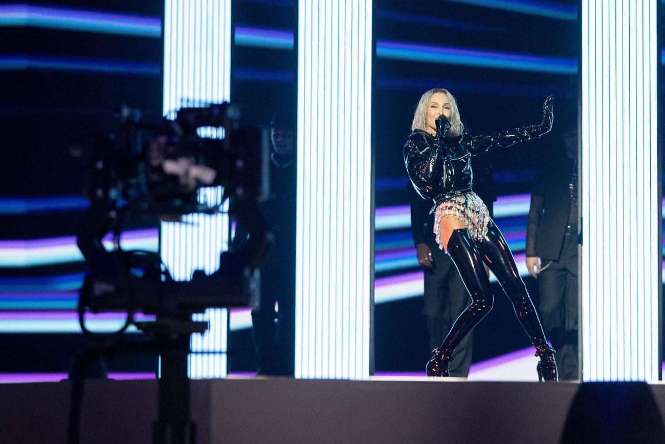 Η εμφάνιση της Τάμτα στη σκηνή της Eurovision το Σάββατο με μπότες ως τους μηρούς και βινίλ τζάκετ