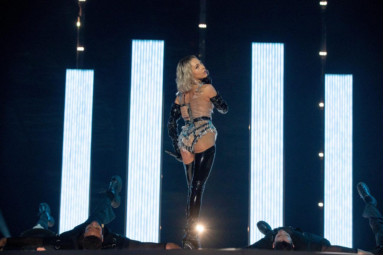 Οι χορευτές της κυπριακής συμμετοχής πέφτουν στα πατώματα με την σέξι εμφάνιση της Τάμτα