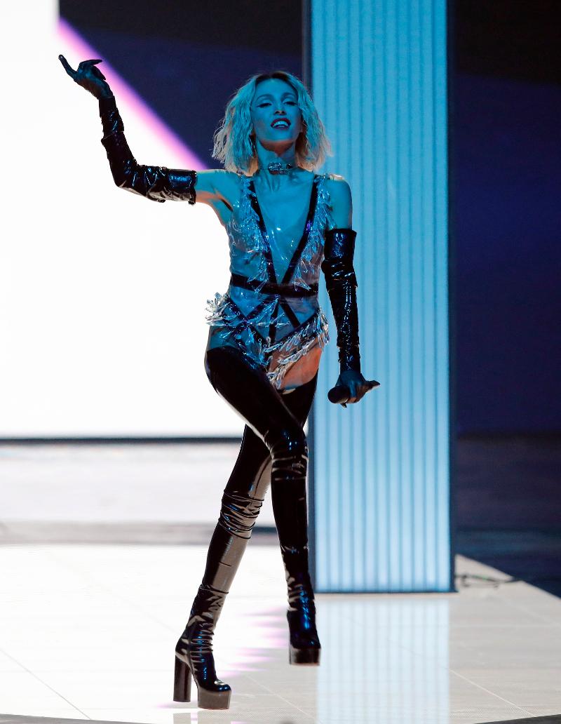 Η Τάμτα χορεύει στη σκηνή της Eurovision με ένα κορμάκι