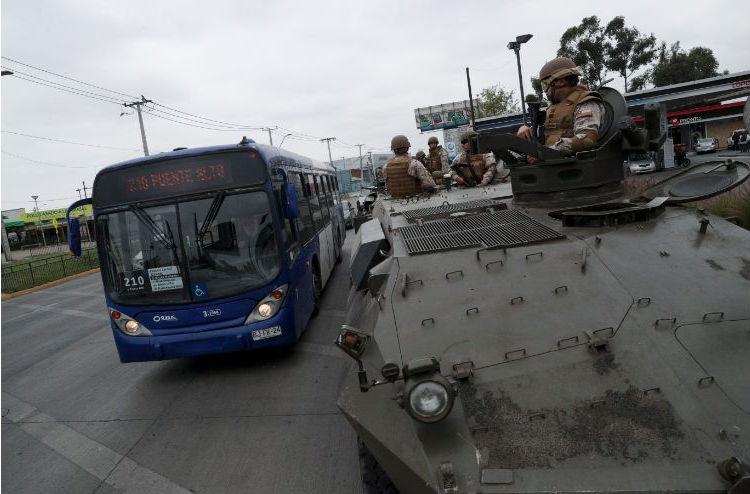 Τανκ του χιλιανού στρατού στο δρόμο της πρωτεύουσας, ενώ μαίνονται οι ταραχές στη χώρα