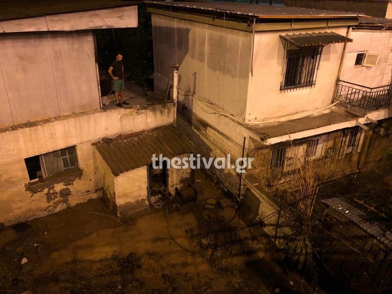 Κάτοικος σε ταράτσα με το σπίτι του πλημμυρισμένο